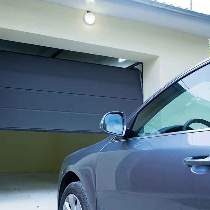 Nos portes de garage sectionnelles s'adaptent aux spécificités de votre habitation.